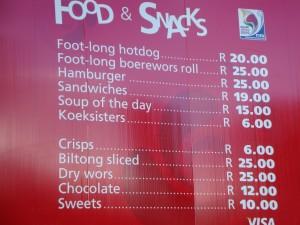 """Esta é a tabela de um dos bares do Ellis Park. Cada real nosso equivale a quatro """"rands"""" deles."""