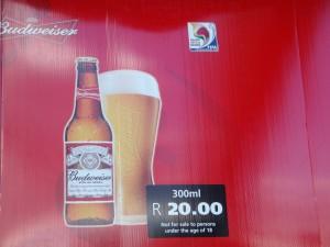 Esta é a cerveja que patrocina as Copas do Mundo e vai obrigar as cidades sedes a acabarem com a proibição de bebidas alcóolicas nos estádios.