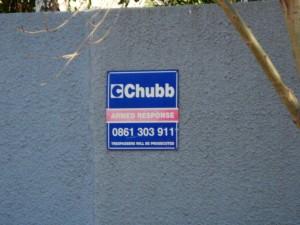 Quase todas as residências da região Joanesburgo têm uma placa dessas