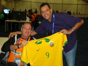 """No centro de imprensa do estádio, dois grandes nomes do rádio esportivo brasileiro: Giuseppe Tommaso, de Belém do Pará, e Mário Henrique, o grande """"Caixa"""", da Itatiaia"""