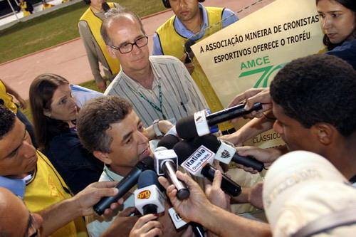 O presidente da Associação Mineira de Cronistas Esportivos, Carlos Cruz, entrega o troféu comemorativo aos 70 anos da entidade ao capitão do Galo, Márcio Araújo. Foto do Valdez Maranhão