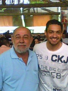 O cruzeirense Dudu, do Grupo Bretas, com Éder Luiz, do Galo. É tão fã do atacante, que só não mudará de time caso o Cruzeiro seja tri da Libertadores essa noite