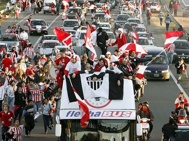 Estudiantes desfila em Buenos Aires com bandeira do Atlético