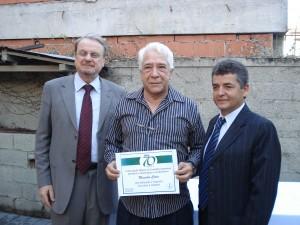 Nos 70 anos da AMCE, o comentarista Maurílio Costa foi um dos homenageados e recebeu o diploma comemorativo das mãos do prefeito de BH, Márcio Lacerda e do presidente da entidade, Carlos Cruz