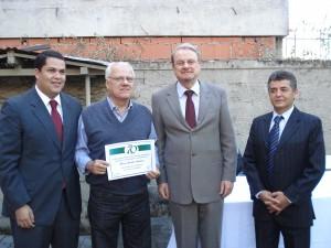 O jornalista e escritor Flávio Anselmo foi homenageado nos 70 anos da Associação Mineira de Cronistas Esportivos. Na foto, entre o repórter e vereador João Vitor Xavier, o prefeito de BH, Marcelo Lacerda e o presidente da AMCE, Carlos Cruz