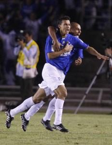 Henrique comemora o primeiro gol do jogo de ontem