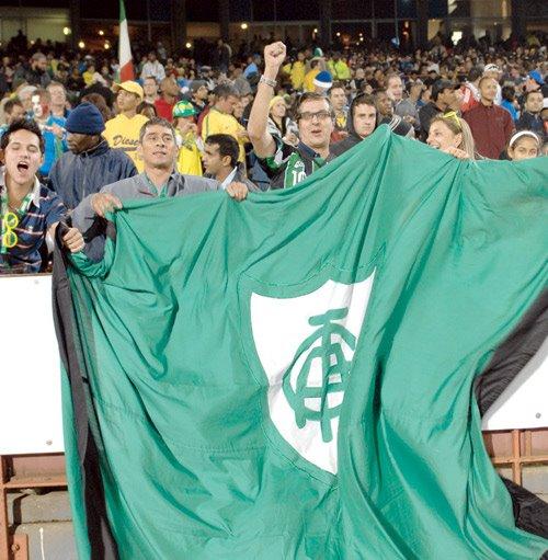 Renato Horta e a esposa Ivone enfrentaram os leões de chácara do estádio de Pretória e conseguiram manter a bandeira do América tremulando por 15 minutos durante Brasil x Itália pela Copa das Confederações