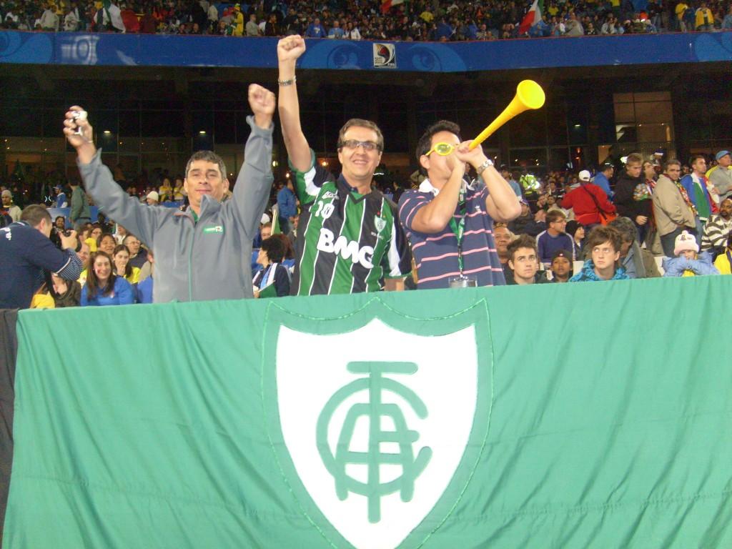 Renato Horta, conselheiro do América, ao lado de um soprador de Vuvuzela, no Brasil 3 x 0 Itália, em Pretória