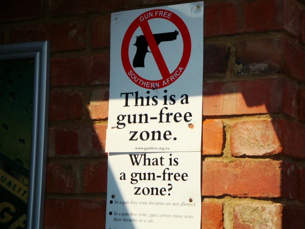 Placa muito comum em bares da África do Sul, alertando que aquele lugar é uma zona livre de armas. Esta foi num bar em Soweto. Andar armado é comum no país.