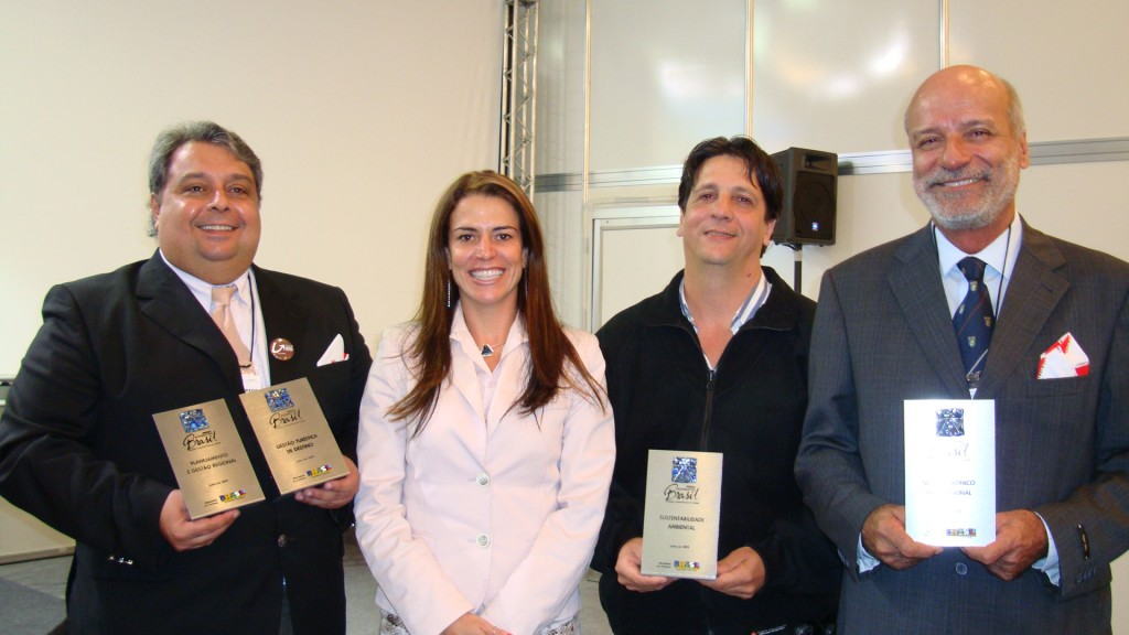 Ubiraney Figueiredo (Itabirito), Érica Drumond (Setur-MG), Gigi Belizário (Serra do Cipó) e Baques Sanna (Instituto Estrada Real), recebendo quatro dos oito troféus de exemplos nacionais de competência na implantação do turismo no país