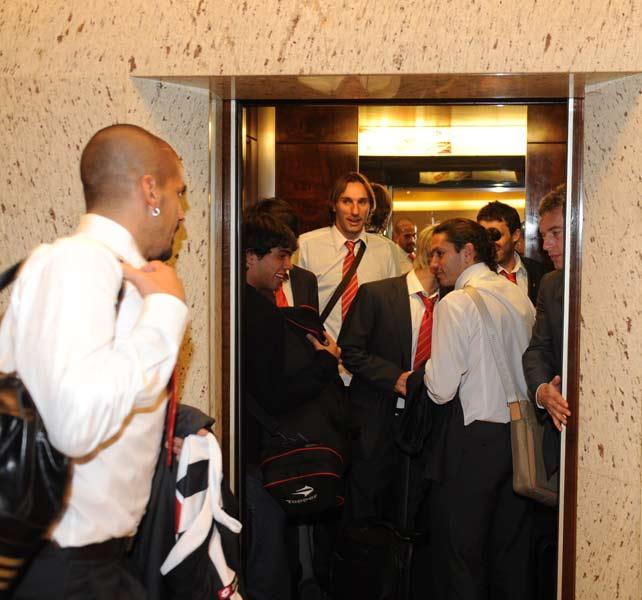 O meia Verón, do Estudiantes, carrega presente que ganhou na chegada ao hotel em Belo Horizonte ontem a noite. Foto enviada pelo Renato Alexandre, do Jornal Sete Dias