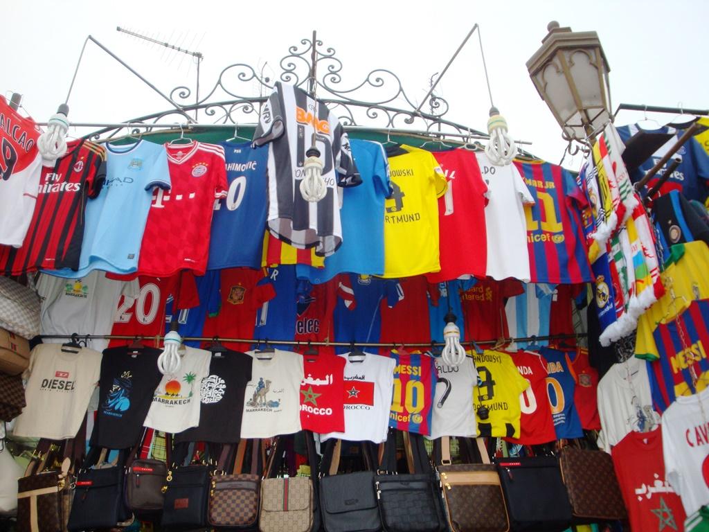 A esperteza dos comerciantes marroquinos nas principais praças de Marrakech  chegou ao futebol. Vendo a invasão de atleticanos puseram as camisas piratas  do ... 0f8f2c789bf7a
