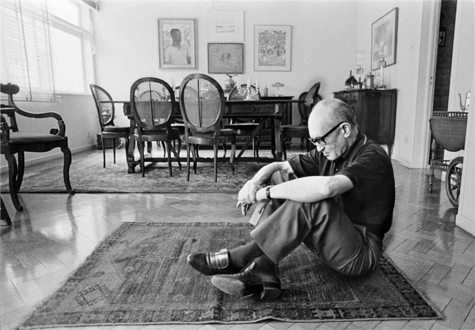 Assunto: Poeta Carlos Drummond de Andrade em sua casa por ocasião da homenagem aos seus 80 anos / Local: Posto 6 - Copacabana - Rio de Janeiro - RJ / Data: 23/10/82
