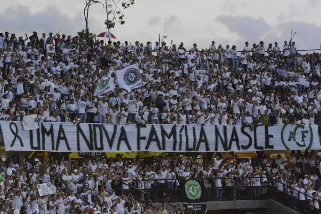 MEDELLIN, COLOMBIA - NOVEMBER 30:  Fans of Atletico Nacional hold a placard showing support to Chapecoense during a  tribute to brazilian soccer team Chapecoense following fatal airplane crash at Atanasio Girardot Stadium on November 30, 2016 in Medellin, Colombia. Players of Chapecoense were flying to Medellin to play the first leg Final match against Atletico Nacional as part of the Copa Sudamericana on November 30, 2016. (Photo by Marcos Ruiz/LatinContent/Getty Images)